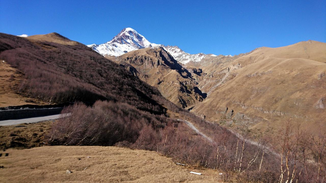 Cminda Sameba - widok na Kazbek