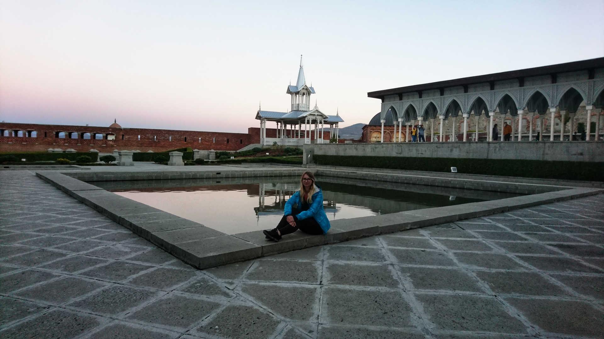 Akhaltsikhe - Ania przy oczku wodnym