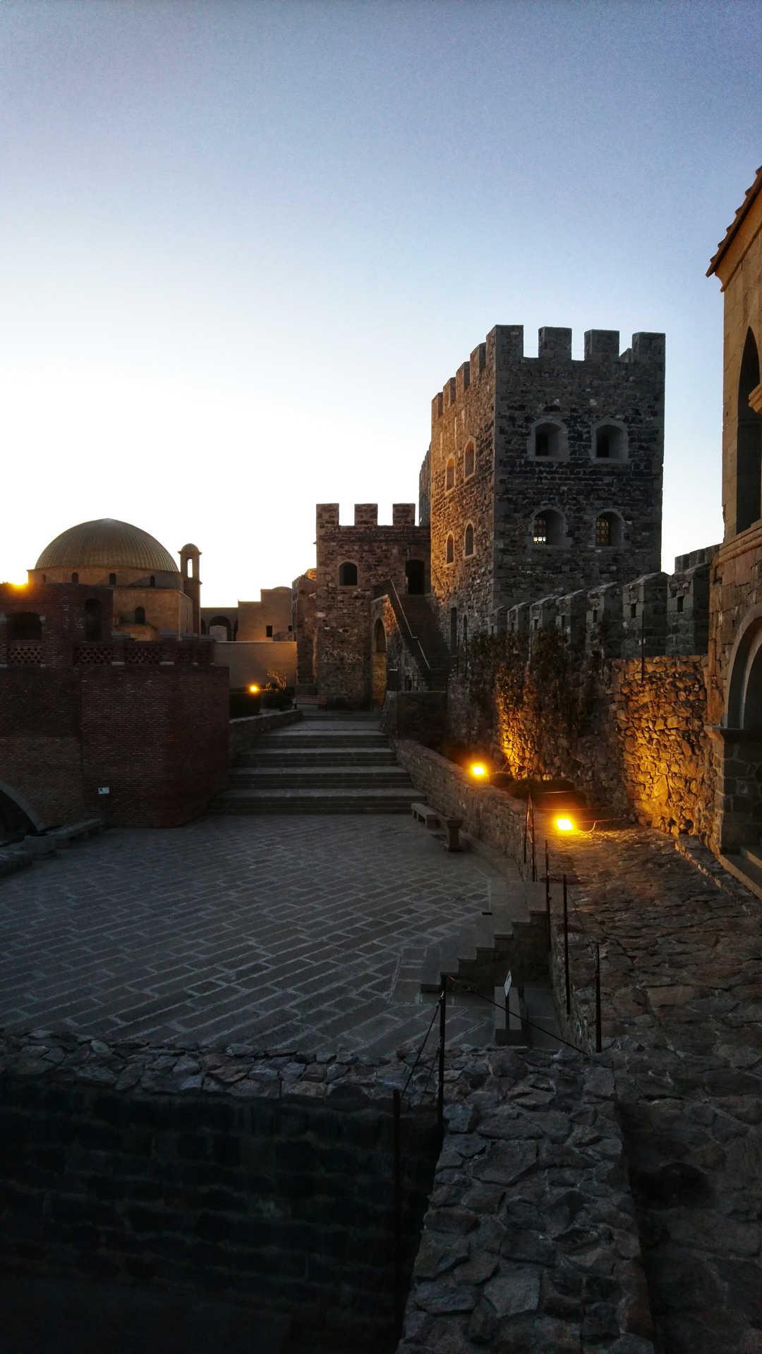 Akhaltsikhe - zapadający zmrok na zamku