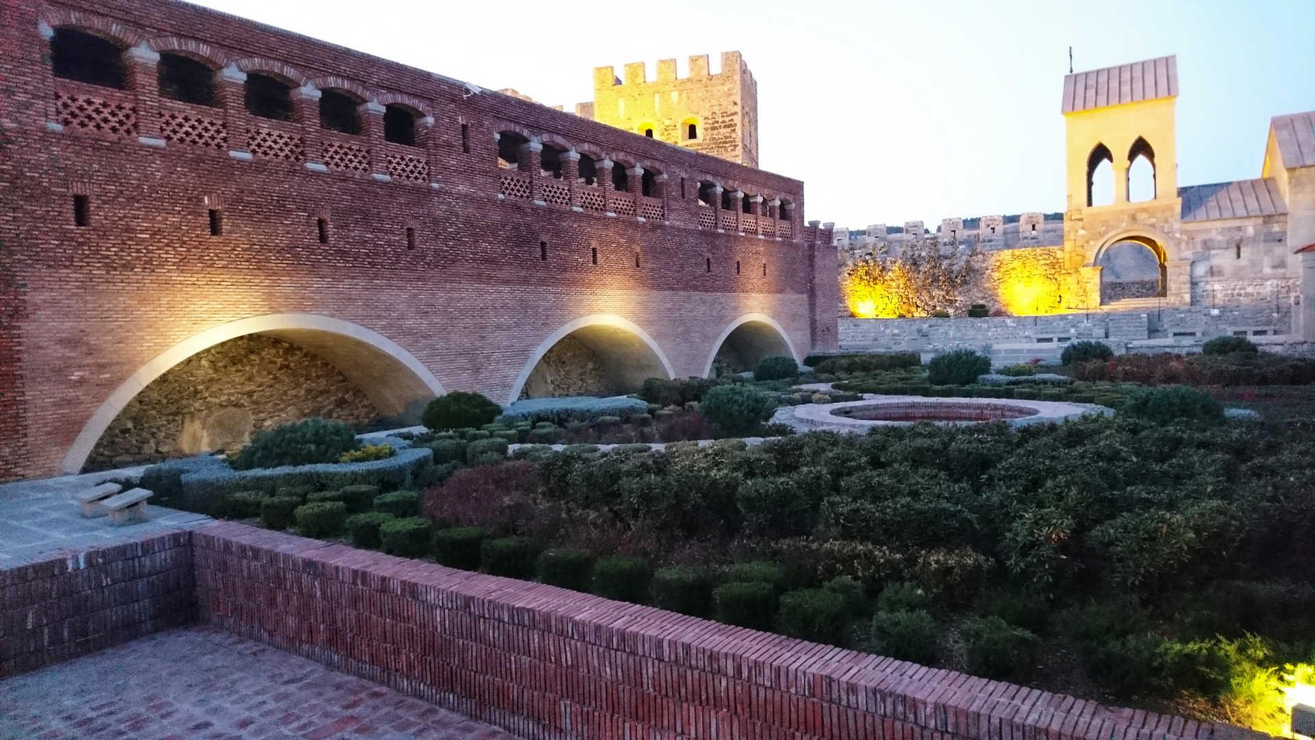 Akhaltsikhe - mury podświetlone