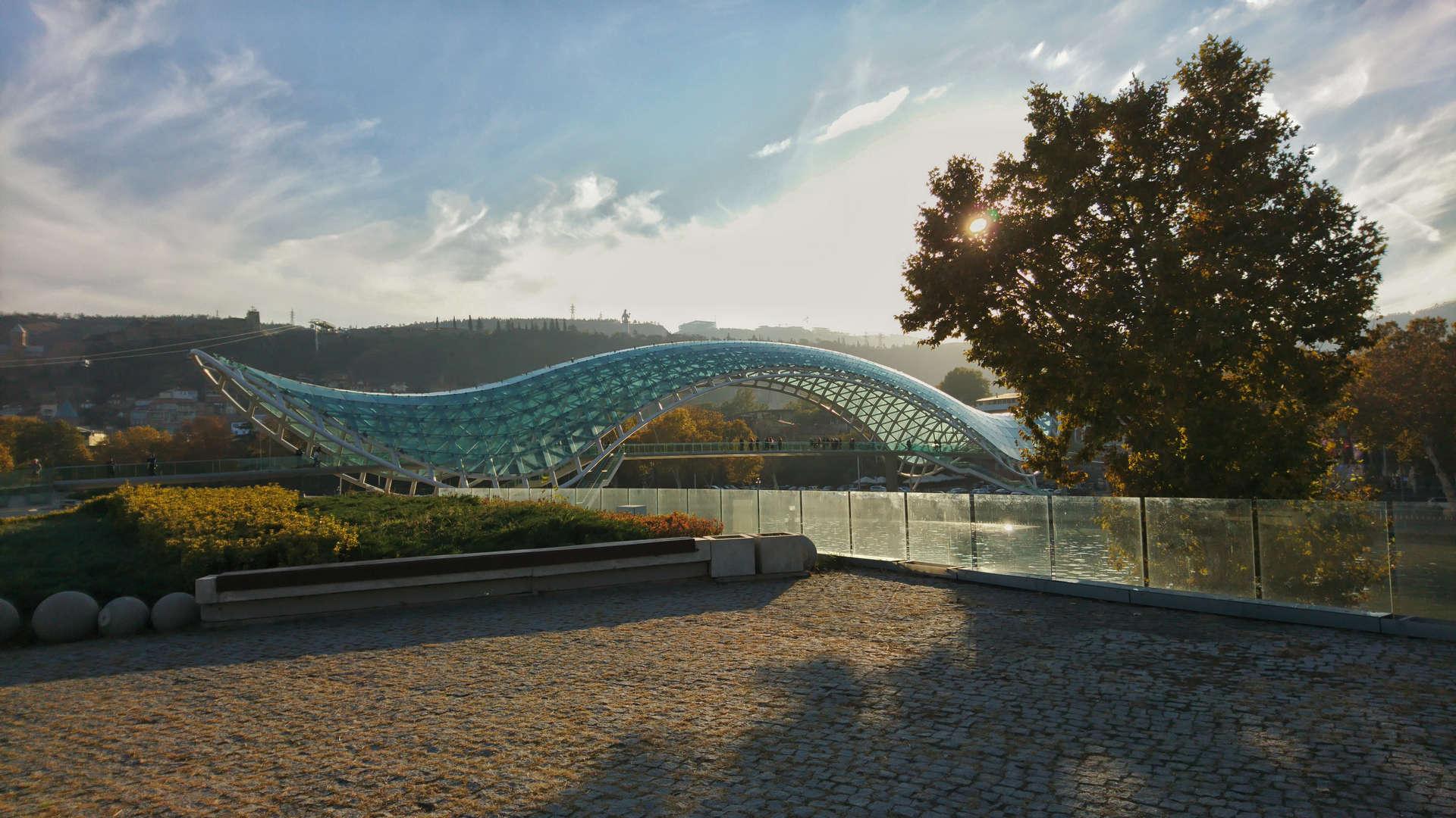 Zwiedzanie Tbilisi - most przyjaźni
