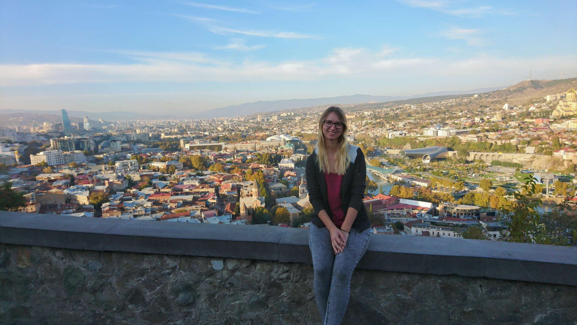Zwiedzanie Tbilisi - na wzgórzu z widokiem na miasto