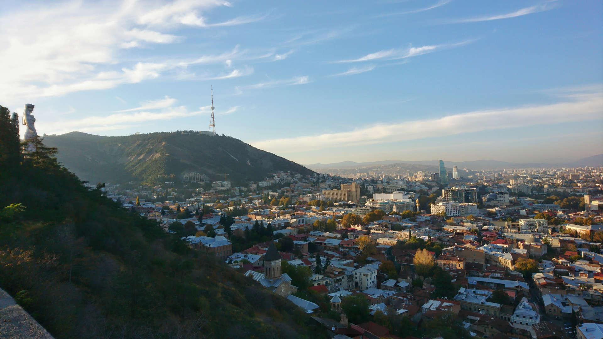 Zwiedzanie Tbilisi - na wzgórzu z widokiem na pomnik