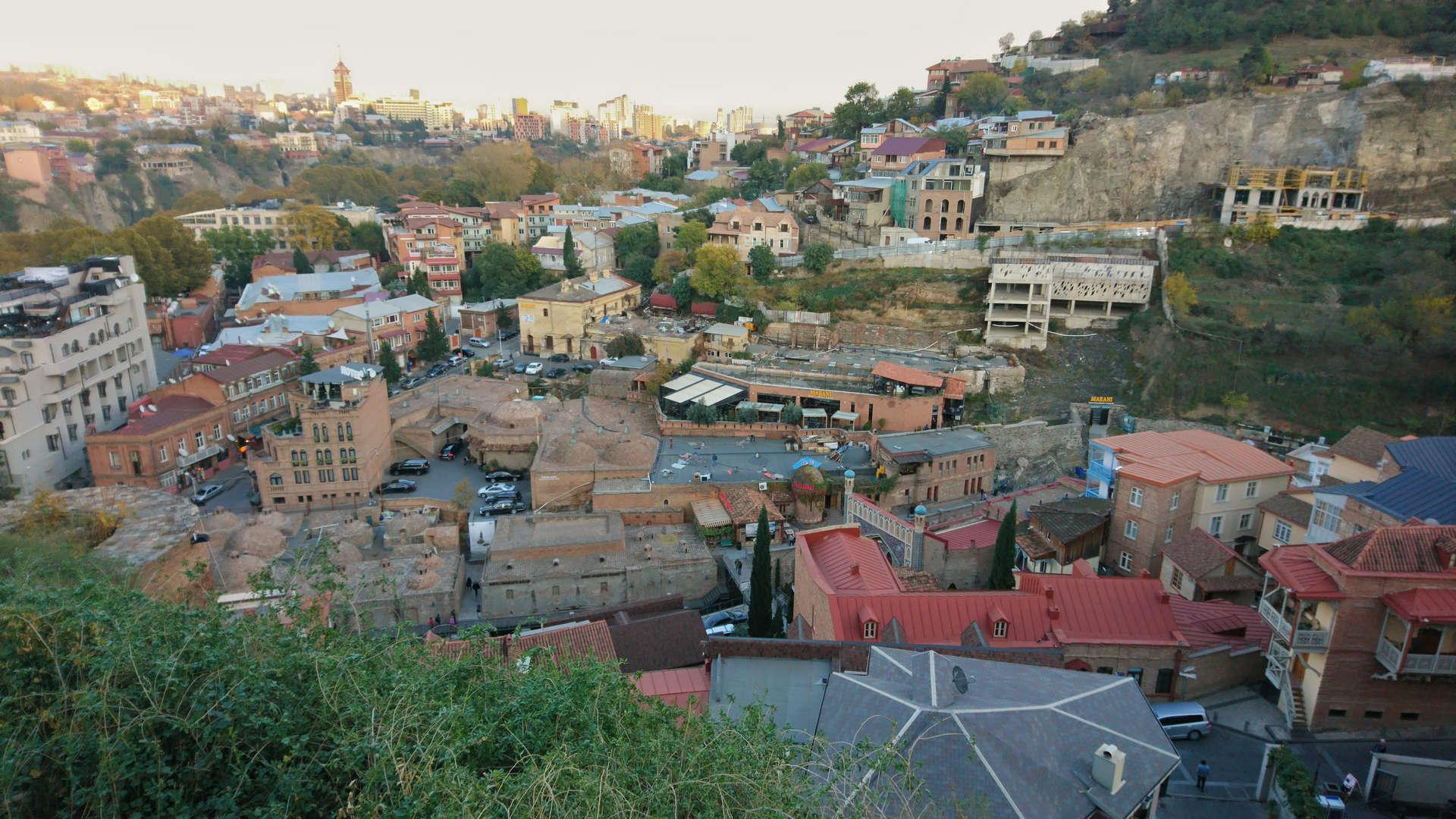 Zwiedzanie Tbilisi - widok na łaźnie publiczne