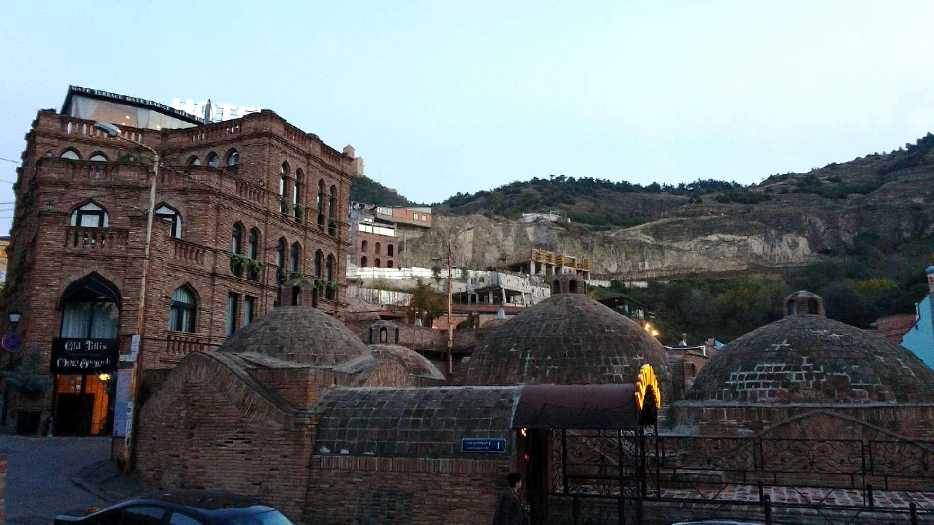 Zwiedzanie Tbilisi - łaźnie publiczne z bliska