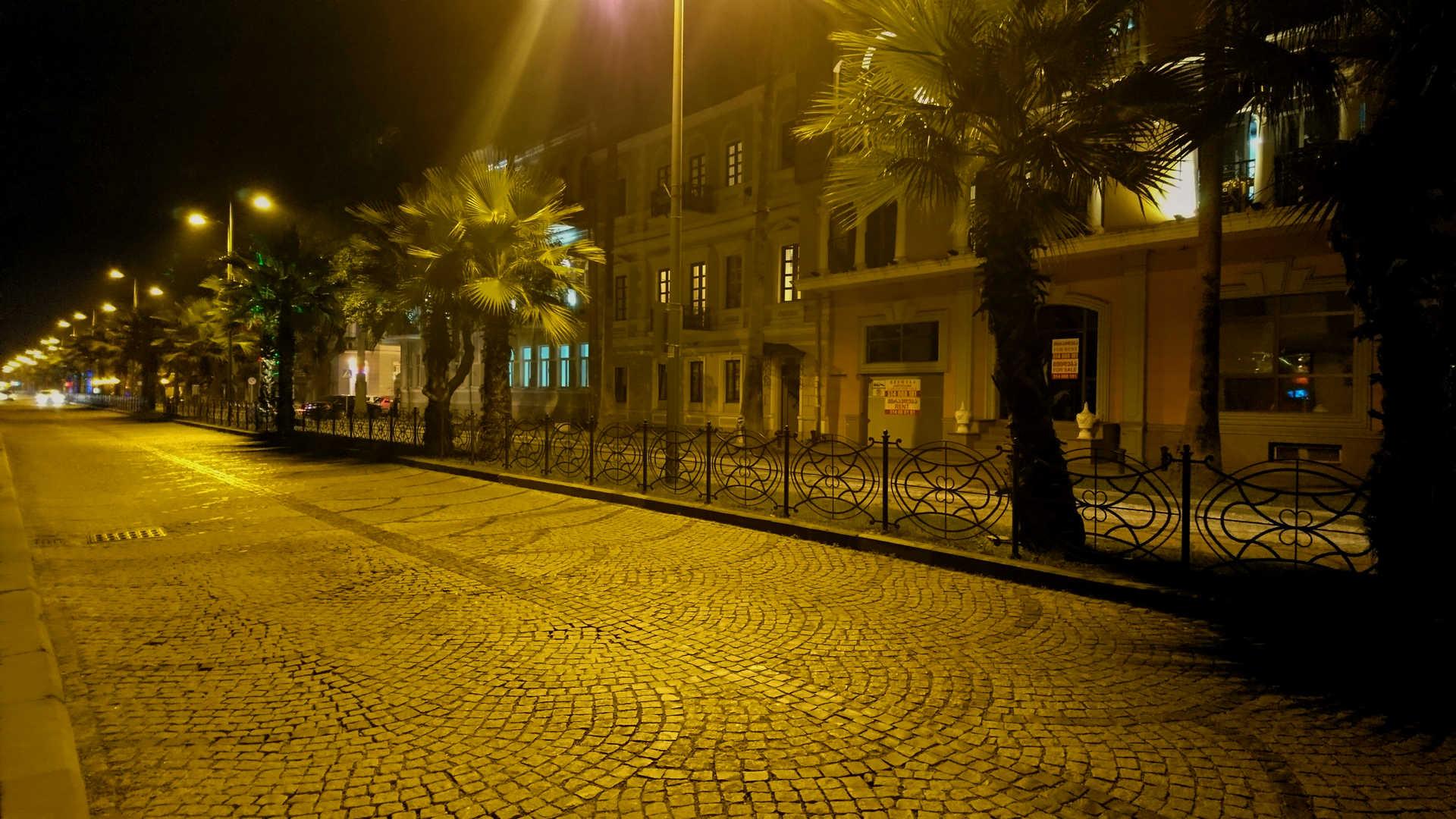 Batumi - uliczka wieczorem