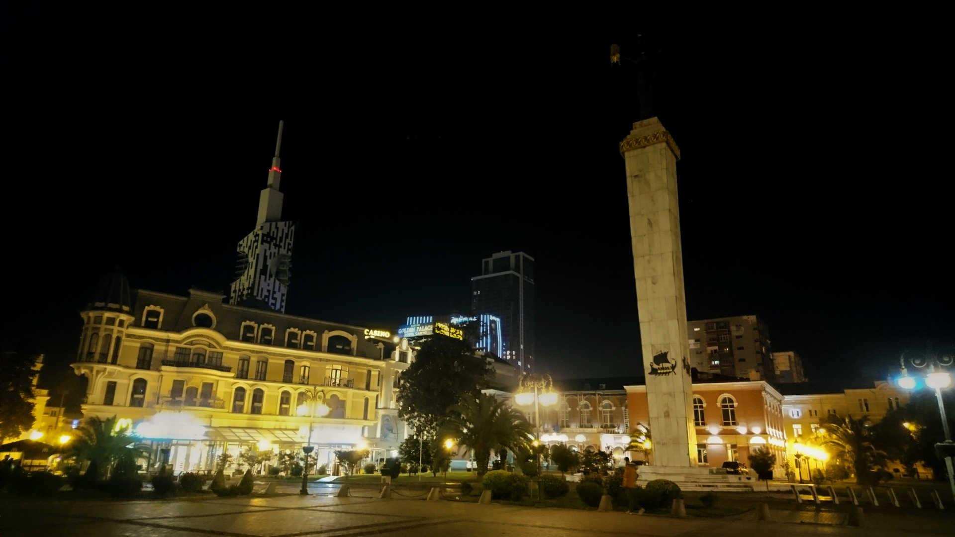 Batumi - plac Europy wieczorem