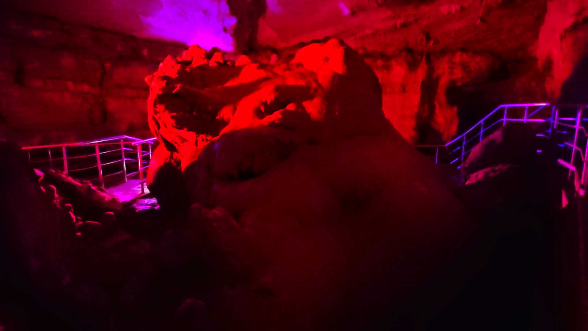 Kutaisi i okolice - rezerwat Sataplia - jaskinia - stalagmit w kształcie serca 3