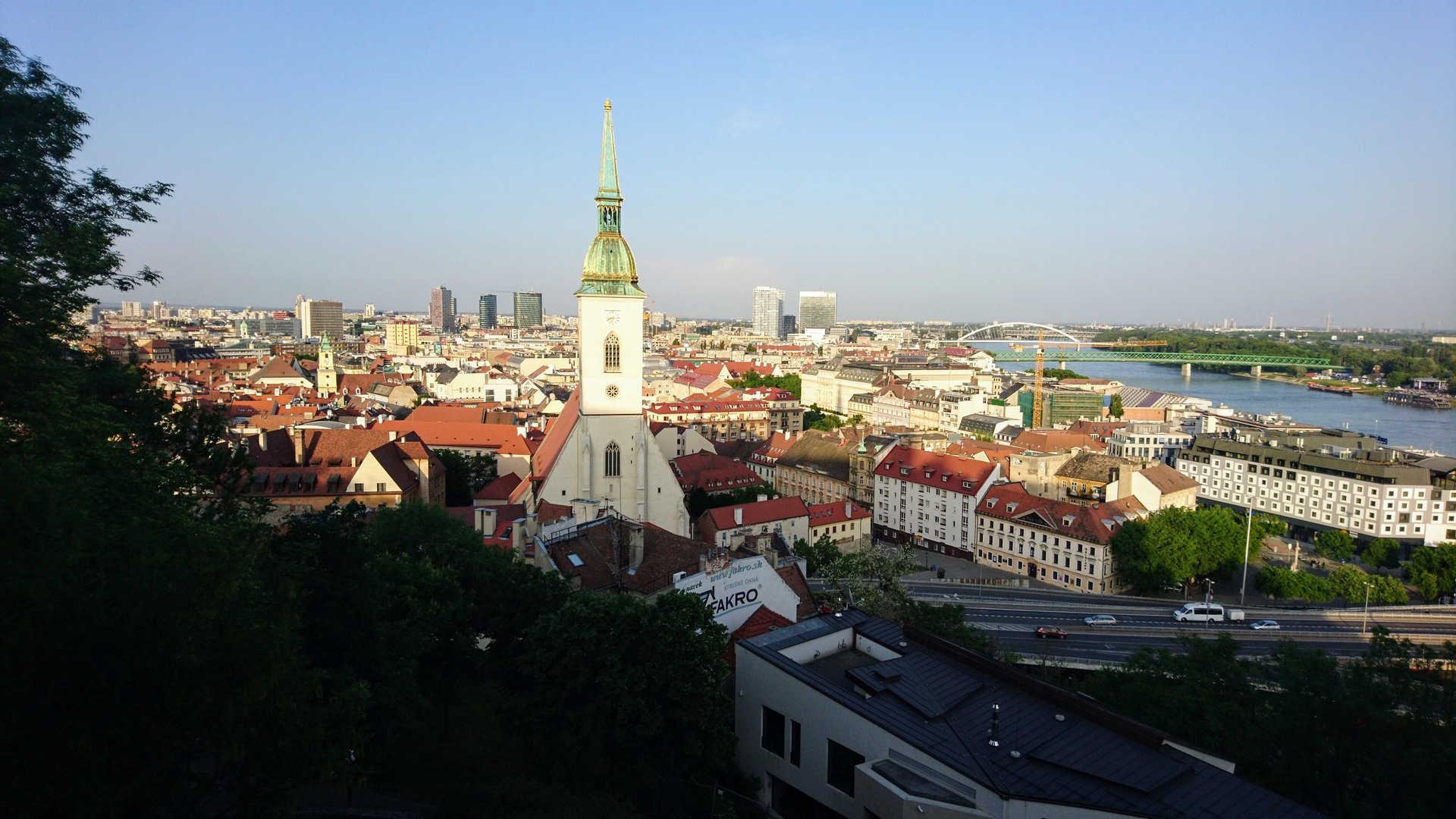 Zwiedzanie Bratysławy - widok z góry na kościół